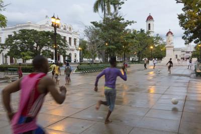 Fußball auf der Plaza Martí, Cienfuegos, Kuba