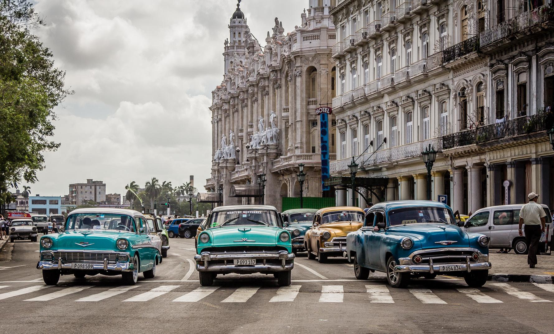 Oldtimer an einer roten Ampel in Havanna, Kuba