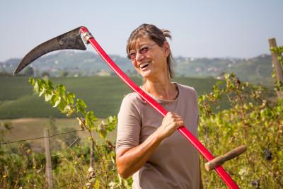 Winzerin Renate Schütz, ist oft mit der Sense in den Weinbergen unterwegs. La Luna del Rospo.