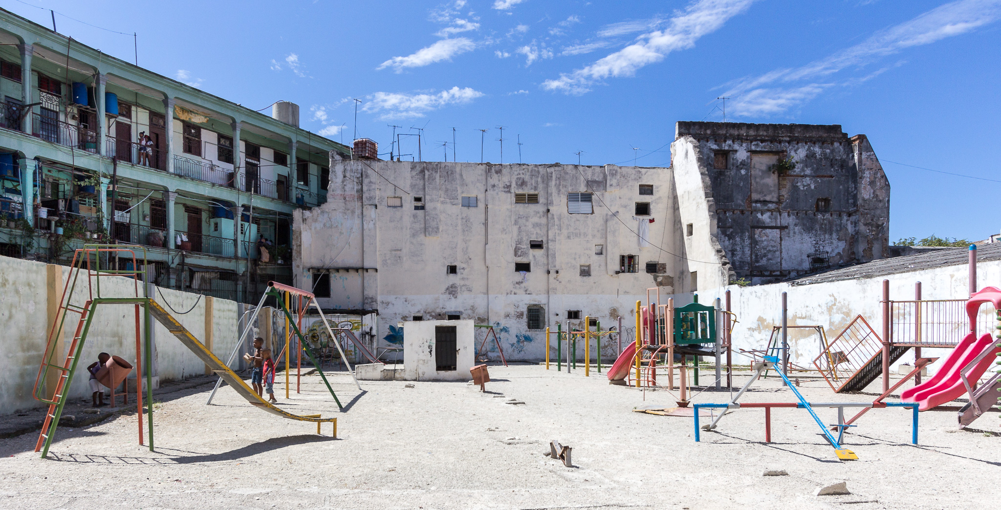Spielplatz in der Mittagshitze in Havanna, Kuba
