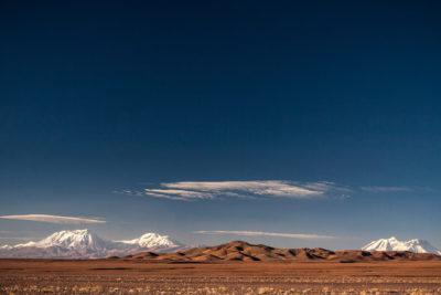 Schneebedeckte Andenkette in der Hochebene der Atacama-Wüste