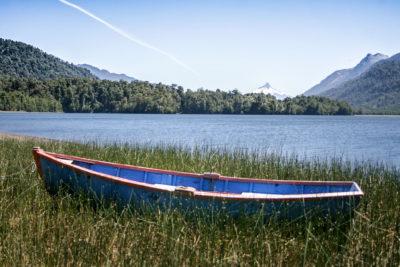 Region  Los Lagos im Regenwald zwischen Ralún und Lago Cayutue und Lago Todos los Santos, SeSee Cayutue mit Ruderboot