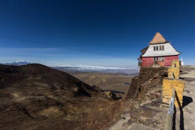 Bolivien, ehemliger Glestcher Chacaltaya: die verfallende Liftstation der ehmals höchst gelegenen Skipiste der Welt. Im Hintergrund Wolken über El Alto/ La Paz. Links hinten der schneebedeckte Inti Illimani.