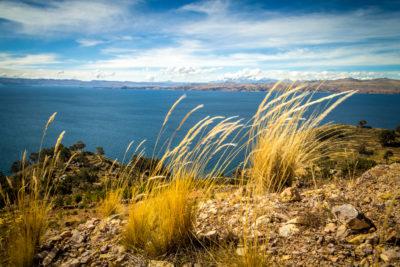 Bolivien: Blick auf den Lago Titicaca. Der fischreiche Titicacasee liegt 3810 m hoch und ist der höchstgelegene schiffbare See der Welt. Im Titicacasee liegen 36 Inseln.