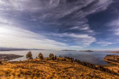 Bolivien: Blick auf den Lago Titicaca. Der fischreiche Titicacasee liegt 3810 m hoch und ist der höchstgelegene schiffbare See der Welt.