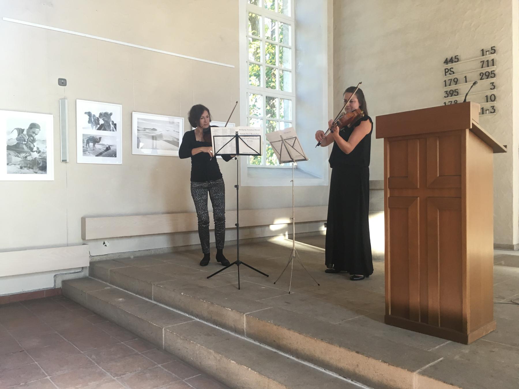 Marlene Svoboda und Anna Niehaves spielen Mozart.