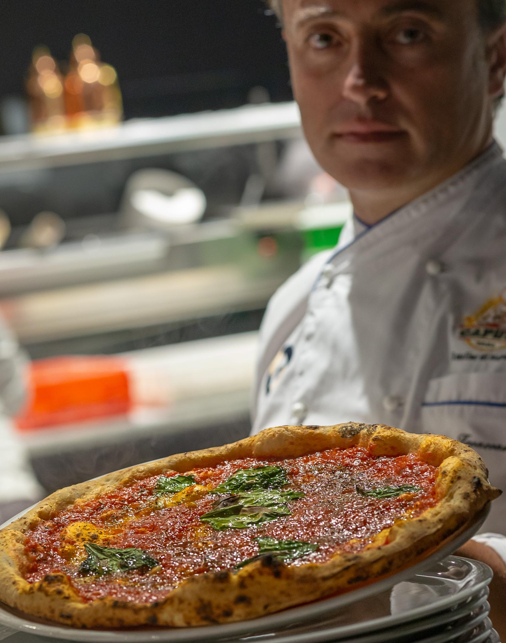 """Antonio Troncone von der Pizzeria """"Fresco"""" am Lungomare von Neapel."""