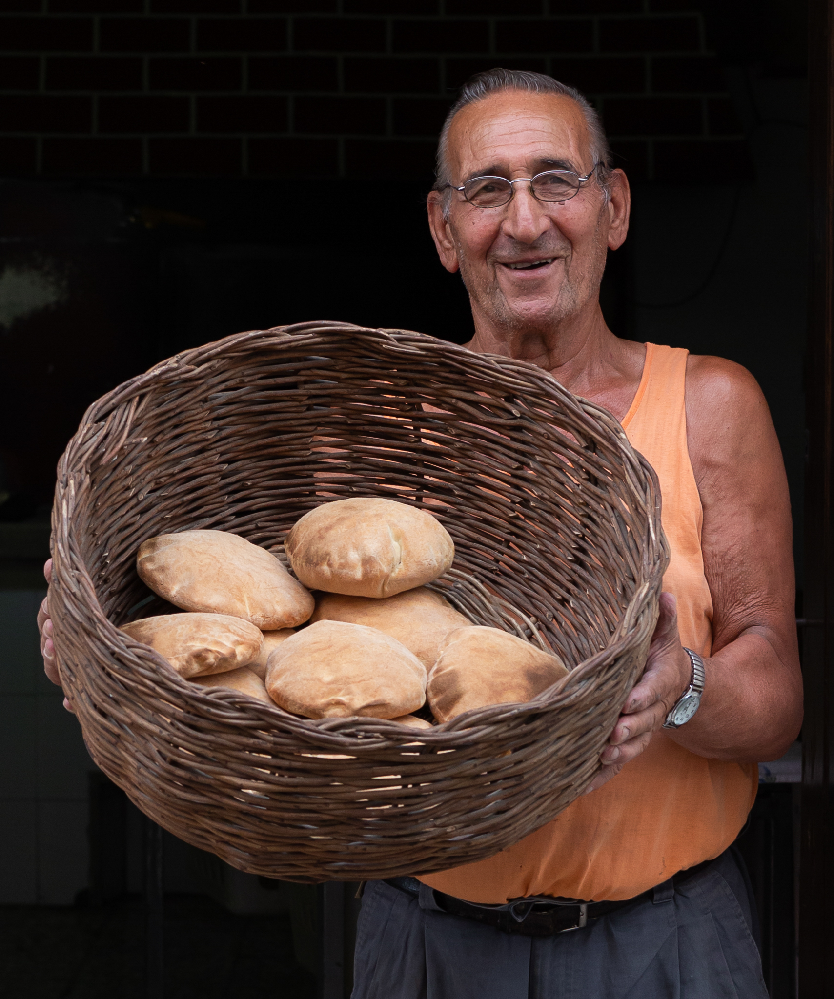 Bäcker Giovanni Stasi (82) mit einem Korb frischen Brotes. Manduria, Apulien.